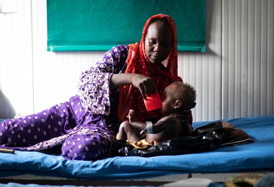 Iyagana Oumar 33 ans donne le lait thérapeutique à Oumar Adam 14 mois à l'UNT de Djamena.