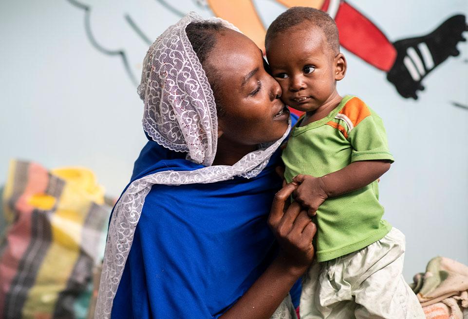 Fatima 22 ans et son fils Moctar Adoum de 8 mois. Mère de 4 enfants, les deux derniers souffrent de malnutrition. Son mari est commerçant, ils habitent à Ndjamena.