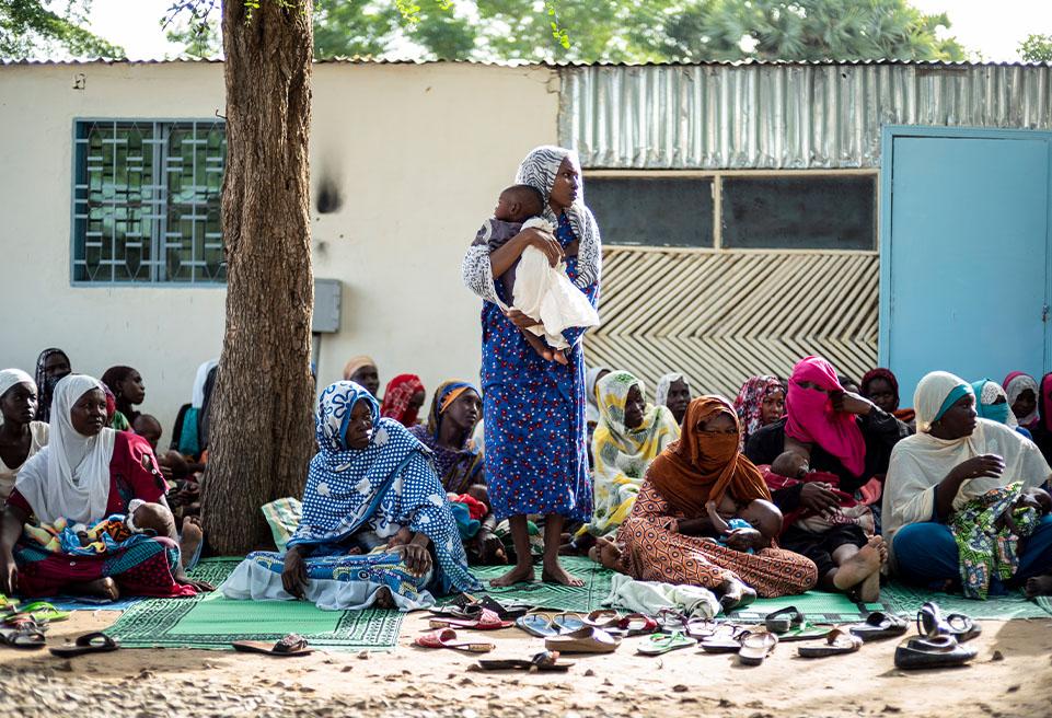 Khadija Adoum et son fils Tom Mahamat de 18 mois pendant un cour de sensibilisation sur la malnutrition dispensé tous les matins à l'UNT.