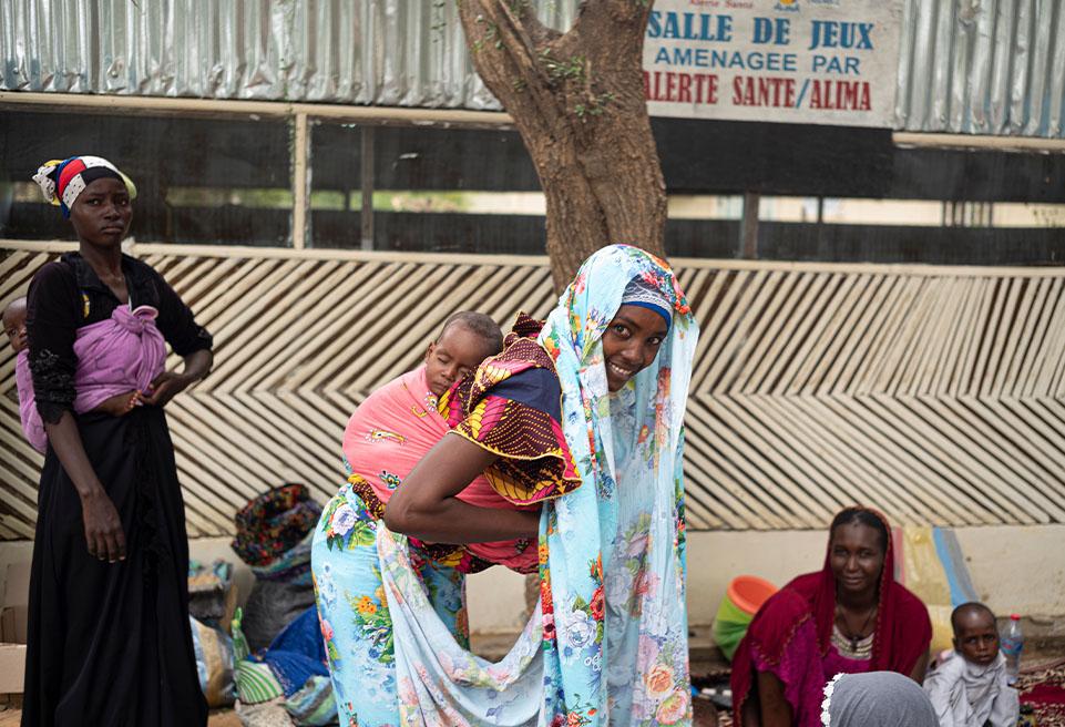 Fatima Mahamed 22 ans et son fils Moctar Adoum de 8 mois. Moctar a été admis le 15 juillet 2019, mais c'est terminé, il est soigné, on peut rentrer à la maison après 10 jours.