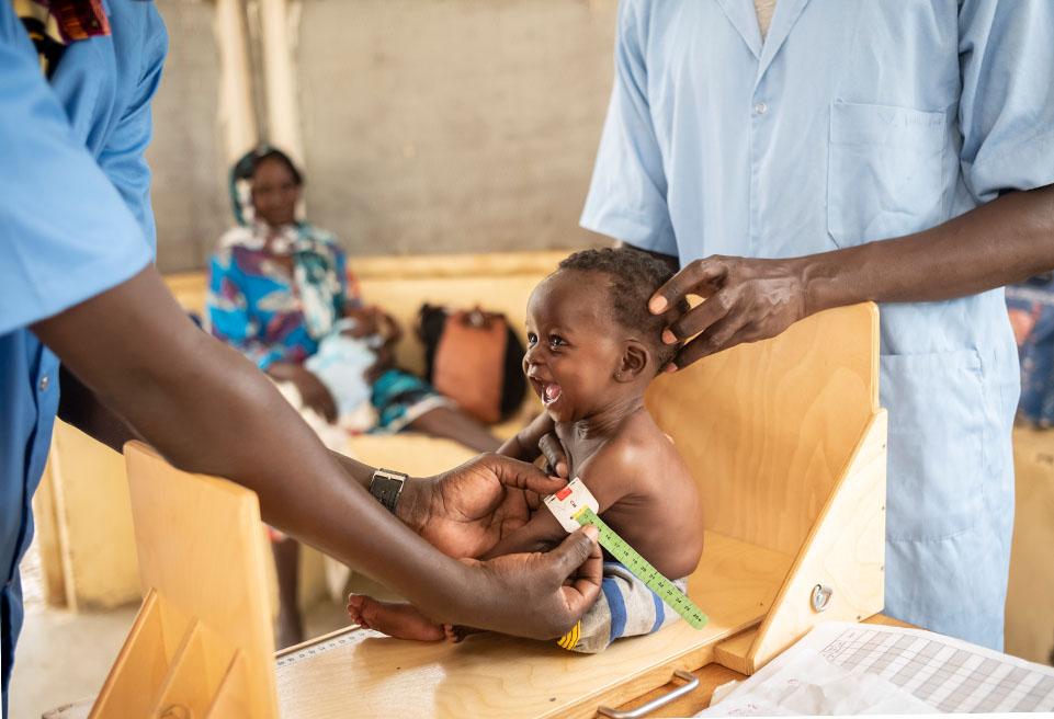 Mariam Hassan 25 ans passe son fils Hissien Moussa 4 mois au centre de tri de l'UNT de Ndjamena.