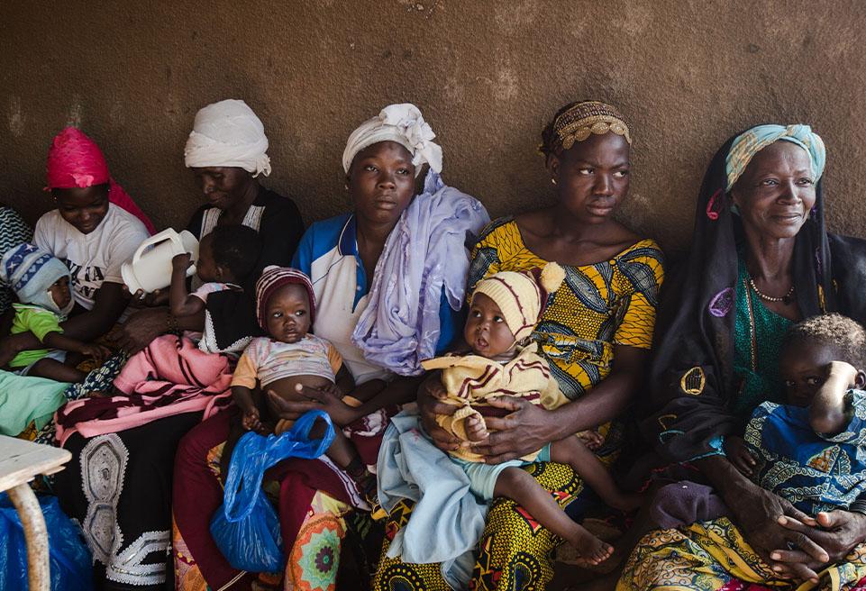 Les mères se rassemblent au centre de santé de Sarma, à 68 km de Yako, pour suivre le traitement de leurs enfants contre la malnutrition aiguë dans le cadre de l'étude MUAC Only d'ALIMA.