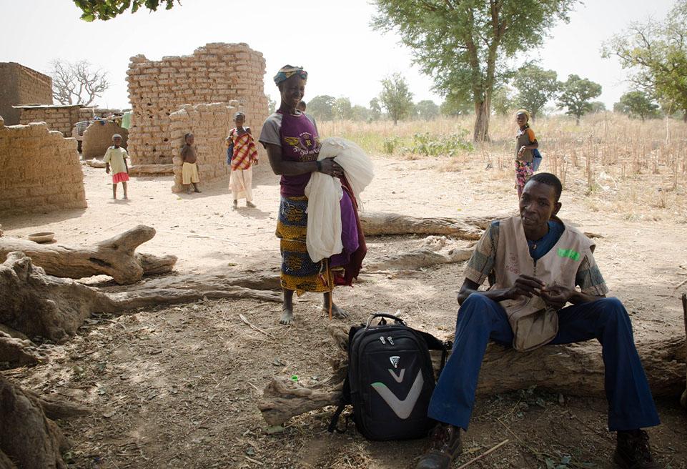 """Bernadin KOALGA (""""le détective"""") est chargé de retrouver les enfants qui ont abandonné le programme de malnutrition ambulatoire d'ALIMA."""
