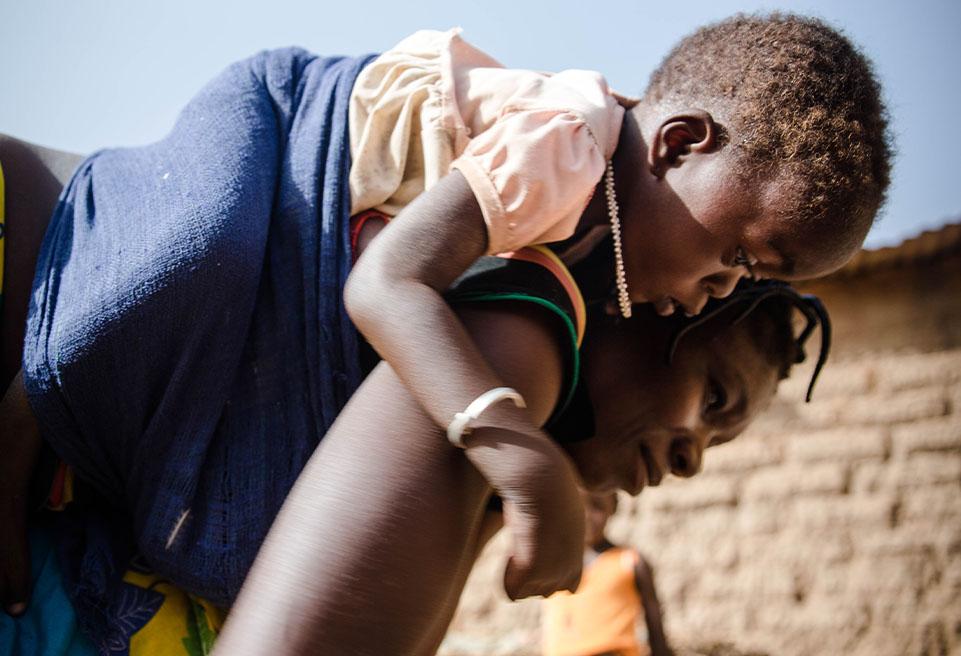 Bernadin KOALGA rencontre OUEDRAOGO Fanta, 20 ans, dont la fille Isabelle (20 mois) est mal nourrie. Elle a cessé de suivre un traitement après que son mari a été mordu par un serpent.