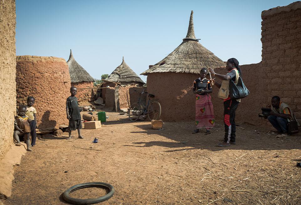 Ilboudott Isabelle s'entretient avec Kourukorogo Florence dans le cadre d'une enquête mobile de dépistage de la malnutrition à Yako.