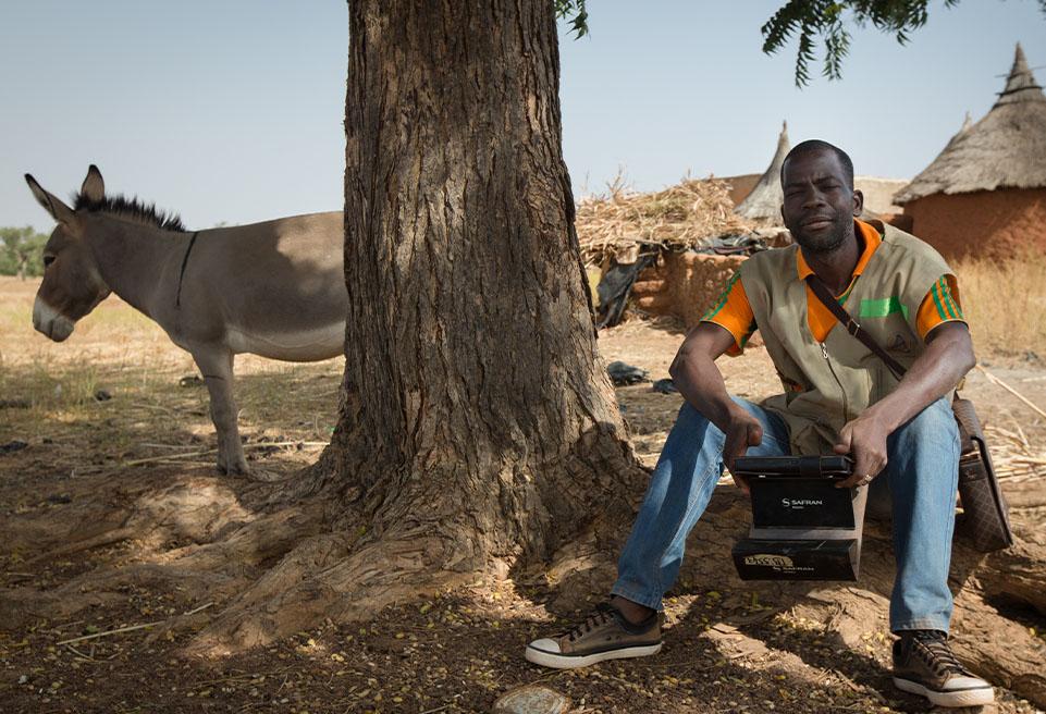 Teabda Abdoul Aziz et Ilboudott Isabelle se rendent au village de Tindila pour enquêter sur l'utilisation du MUAC dans les foyers et dépister la malnutrition à l'aide de tablettes mobiles.