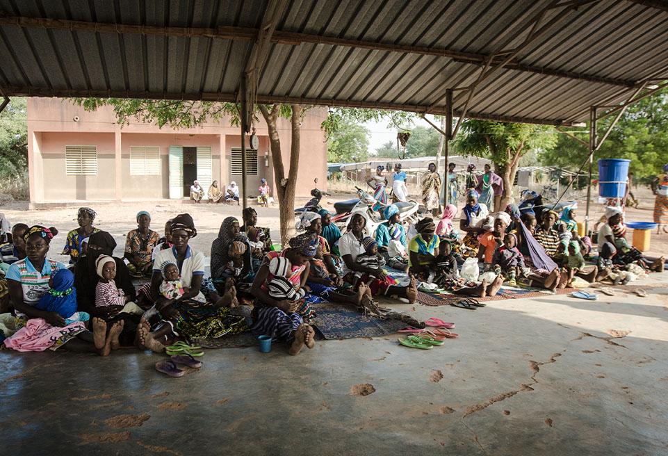 Mères se rassemblent au centre de santé de Sarma pour suivre le traitement de leurs enfants contre la malnutrition aiguë, dans le cadre de l'étude MUAC Only d'ALIMA.