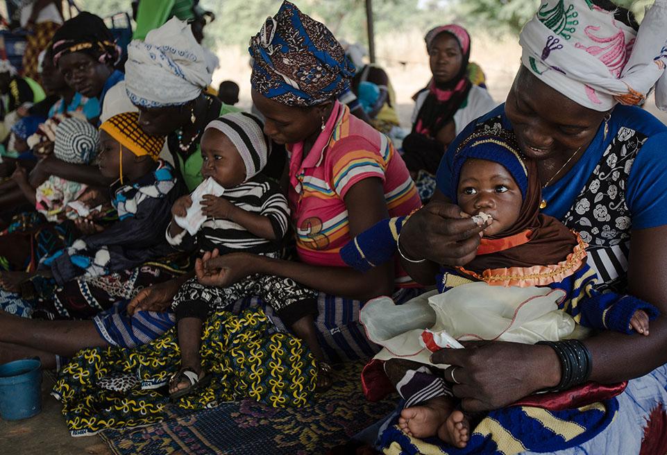 Mères au centre de santé de Sarma pour suivre le traitement de leurs enfants contre la malnutrition aiguë. Leurs enfants seront pesés, mesurés à l'aide du MUAC et recevront des portions de Plumpy Nut.