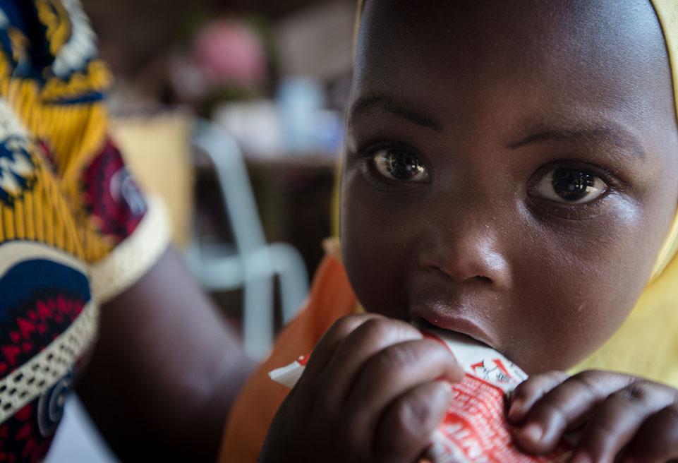 Aminata KORBEOGO, inscrite au programme de malnutrition MUAC Only d'ALIMA, et sa mère, Zoenabou Koanda, se préparent à venir se faire examiner au centre de santé de La Toden.