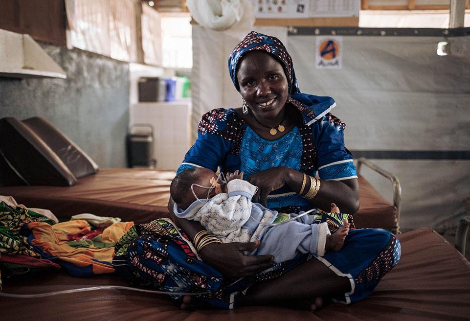 Kaltoum IBRAHIM, mère de 6 enfants et réfugiée nigériane au camp de Minawao, avec Ali Ali, son fils. Kaltoum et sa famille ont fui le Nigéria après l'attaque par le groupe armé Boko Haram en 2014.