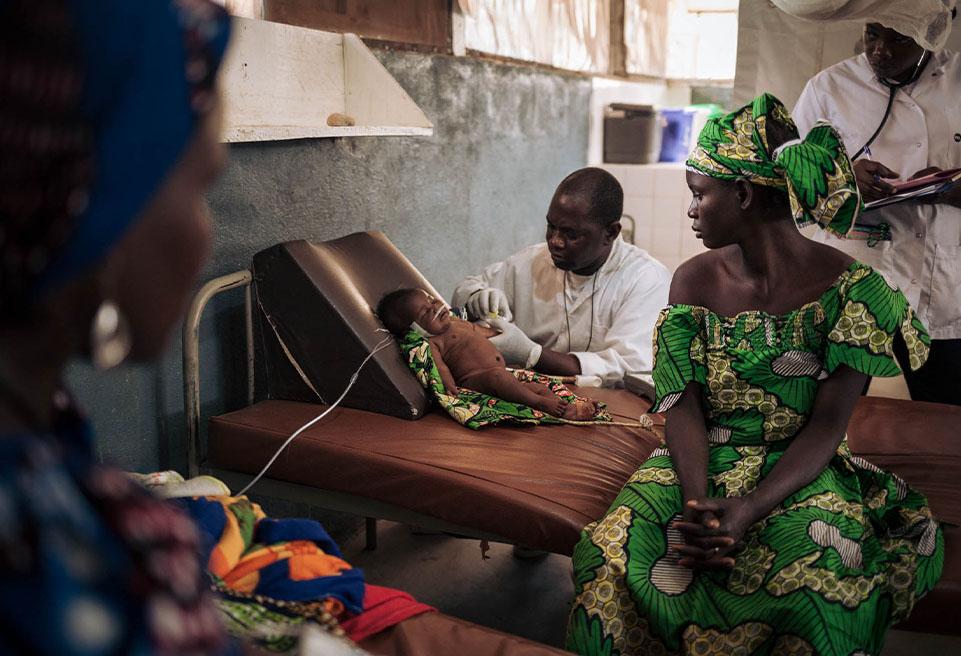 Habiba IDRISSA avec sa fille de 3 mois, Fatimatou, dans l'unité de soins intensifs pédiatriques de l'hôpital de Mokolo. Fatimatou est en état de détresse respiratoire.