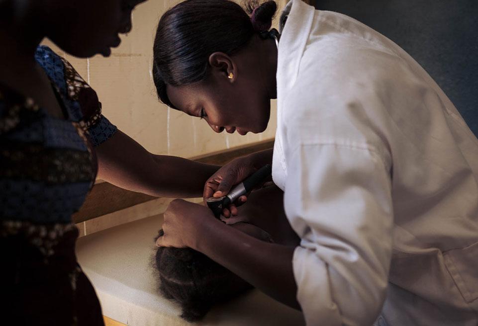 Médecin Alima ausculte Brenda GOYAHA, 3 ans et 3 mois, à son arrivée à l'hôpital de Mokolo. Brenda est venue à l'hôpital, car elle a fait des convulsions, avait de la fièvre et des maux de ventre.