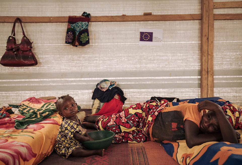 Adjoumi TAMANGI, 14 ans, joue avec sa fille d'un an, Aniyi ZOUBAÏDA, dans la phase de transition du CNTI (Centre Nutritionnel Thérapeutique Intensif). Aniyi est son premier enfant.
