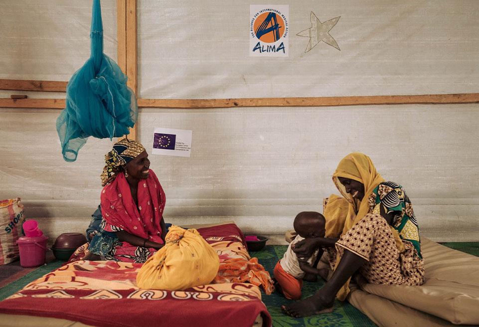 Amina ADAM (gauche) et Mariam ALI (droite), réfugiées nigérianes au camp de Minawao, rigolent ensemble dans la salle de la phase de transition du CNTI de Mokolo.