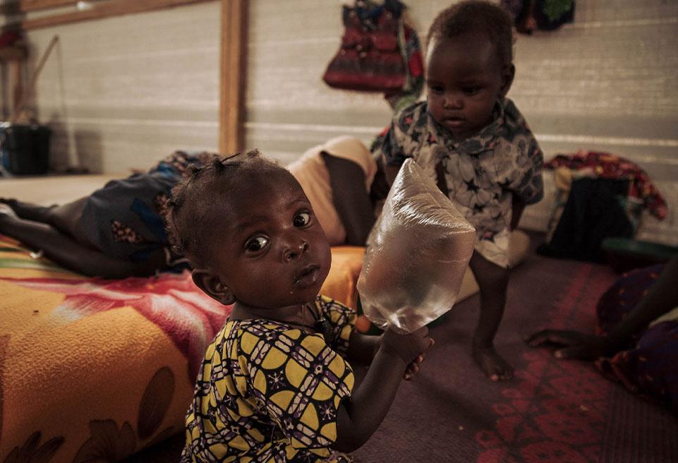 Aniyi ZOUBAÏDA, petite fille d'un an, joue avec Boné ZRA, garçon de 15 mois, dans la salle de la phase de transition du CNTI de Mokolo.