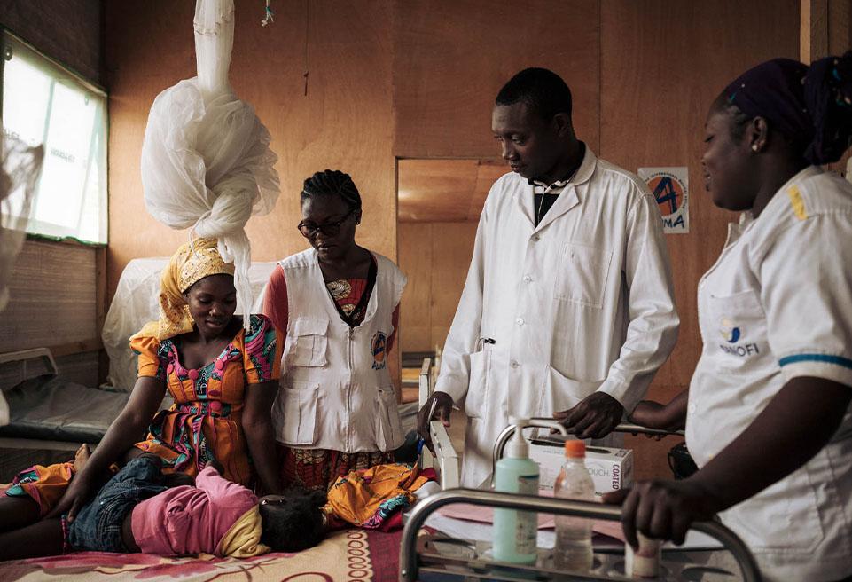 Matawassang et sa fille Brenda, Nadine FOPA, superviseur du CNTI, Christian, médecin, et Akala, infirmière, pendant la ronde matinale dans l'unité pédiatrique de l'hôpital de Mokolo.