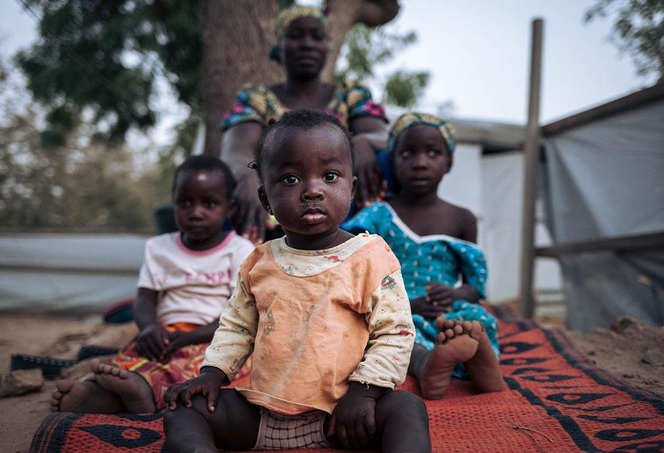 Alima, ses deux sœurs et sa mère. Elles vivent depuis environ un an à l'hôpital de Mokolo. Alima est née à l'hôpital. Sa mère l'a appelée comme ça en hommage à l'équipe d'ALIMA.