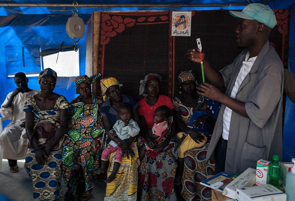 Jonathan FAÏSSAM, sensibilisateur ALIMA, anime un atelier sur l'utilisation du ruban MUAC à l'accueil de l'unité pédiatrique de l'hôpital de Koza.