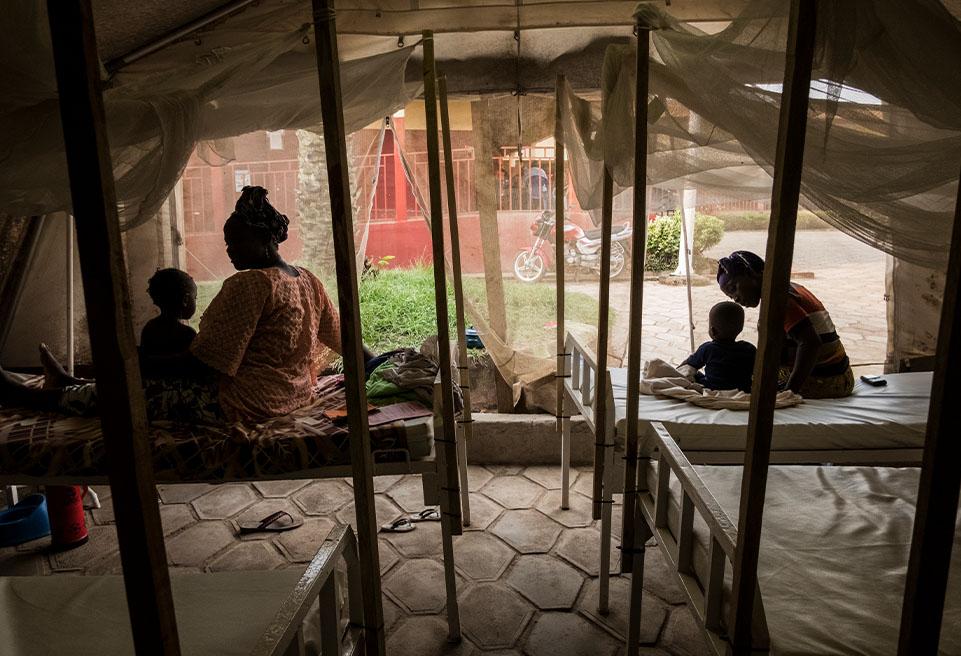 ALIMA travaille avec les autorités locales de l'hôpital régional de N'Zérékoré pour traiter les patients atteints de rougeole en pleine épidémie.