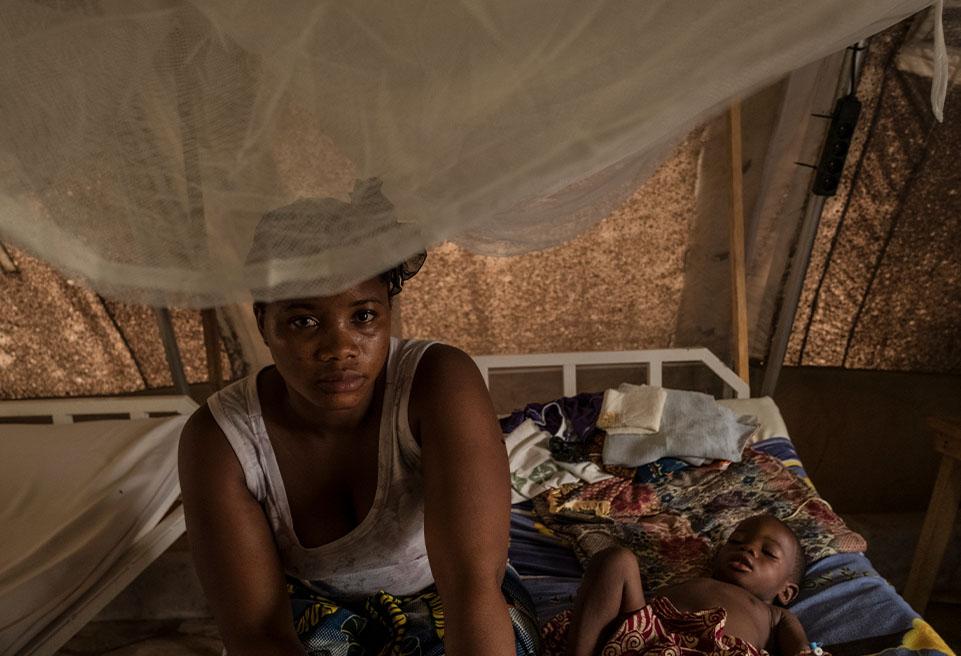 Mère et enfant à l'Hôpital Régional de N'Zérékoré. En début de 2017, plus de 250 enfants infectés par la rougeole ont été signalés en moins de deux mois.