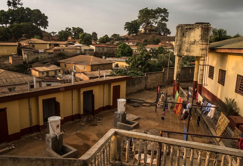 ALIMA travaille avec les autorités locales de l'hôpital régional de N'Zérékoré pour traiter les patients atteints de rougeole en pleine épidémie. ALIMA travaille dans la région depuis décembre 2014.