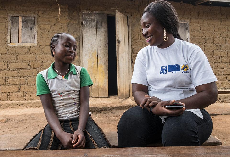Tonhon Bolamou, survivante du virus Ebola, parle au Dr Ivonne Loua d'ALIMA. Tonhon bénéficie d'un traitement médical fourni par ALIMA.