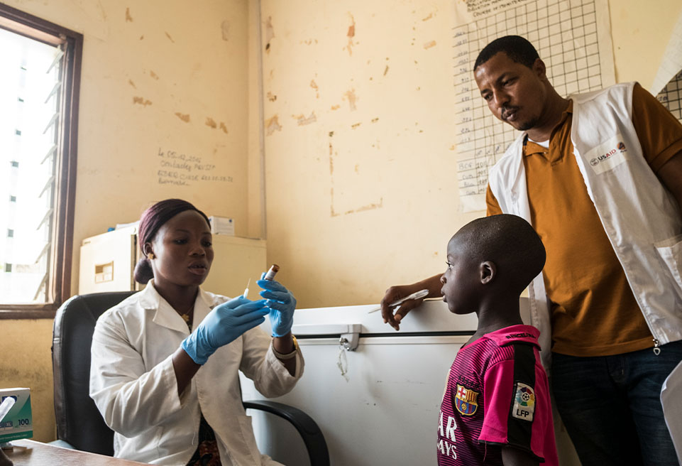 ALIMA soutient les efforts locaux à N'Zérékoré pour vacciner les enfants.