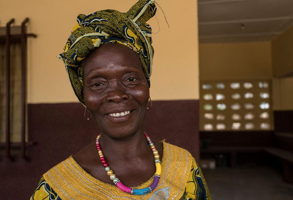 Soua Nianté, 52 ans, survivante du virus Ebola, reçoit soutien médical et psychosocial d'ALIMA. ALIMA fournit soutien médical et psychosocial à 114 survivants d'Ebola dans la région de N'Zérékoré.