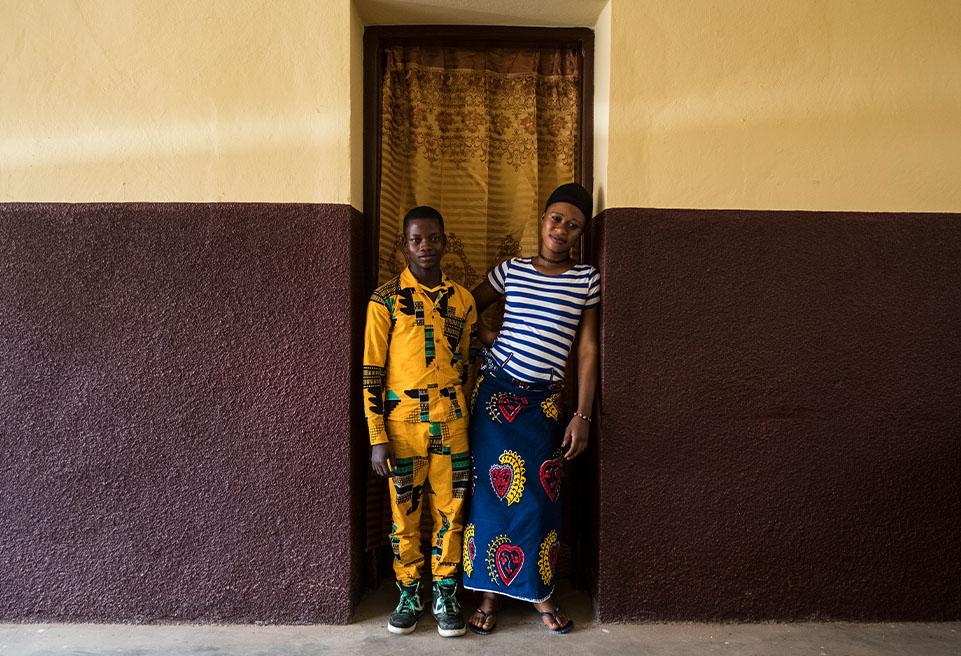 Léssette Zolou, 17 ans, et Cé Gbérégbe, 16 ans, sont frères et sœurs, survivants du virus Ebola. Ils bénéficient tous deux d'un soutien médical et psychosocial de la part d'ALIMA.