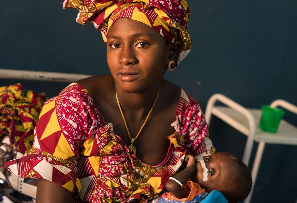 Mère et enfant à la pédiatrie de l'Hôpital de Référence de Diré, Mali.