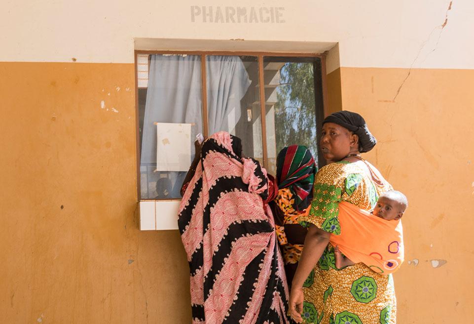 Trois femmes reçoivent des médicaments à la pharmacie, Hôpital de Goundam, Mali.