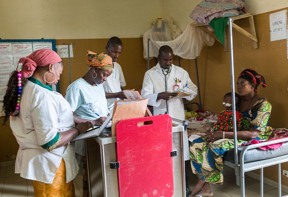 Le Dr Diarra et son équipe à l'Unité de Récupération Nutritionnelle Intensive (URENI) de l'hôpital de référence de Goundam.