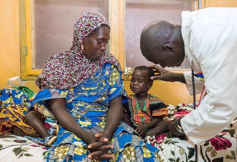Buri, le petit garçon, reçoit un diagnostic de Kwashiorkor et est traité par le Dr Diarra et son équipe à l'Unité de Récupération Nutritionnelle Intensive (URENI) de l'hôpital de référence de Goundam.