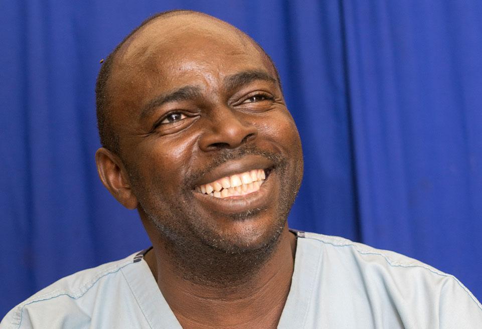 Portrait de l'anesthésiste Dr. Coulibaly Brehima Bolimpe. Goundam, Mali.