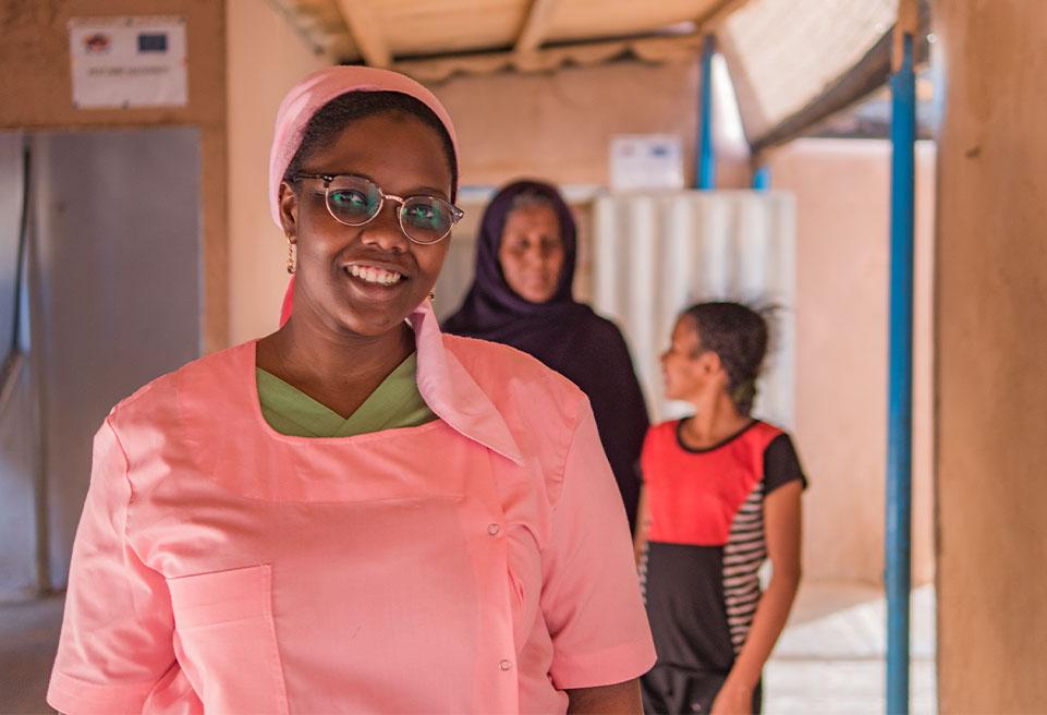 Aminata, en rose, effectue des rotations avec son équipe entre le centre de santé et le poste de santé dans le camp de réfugiés.