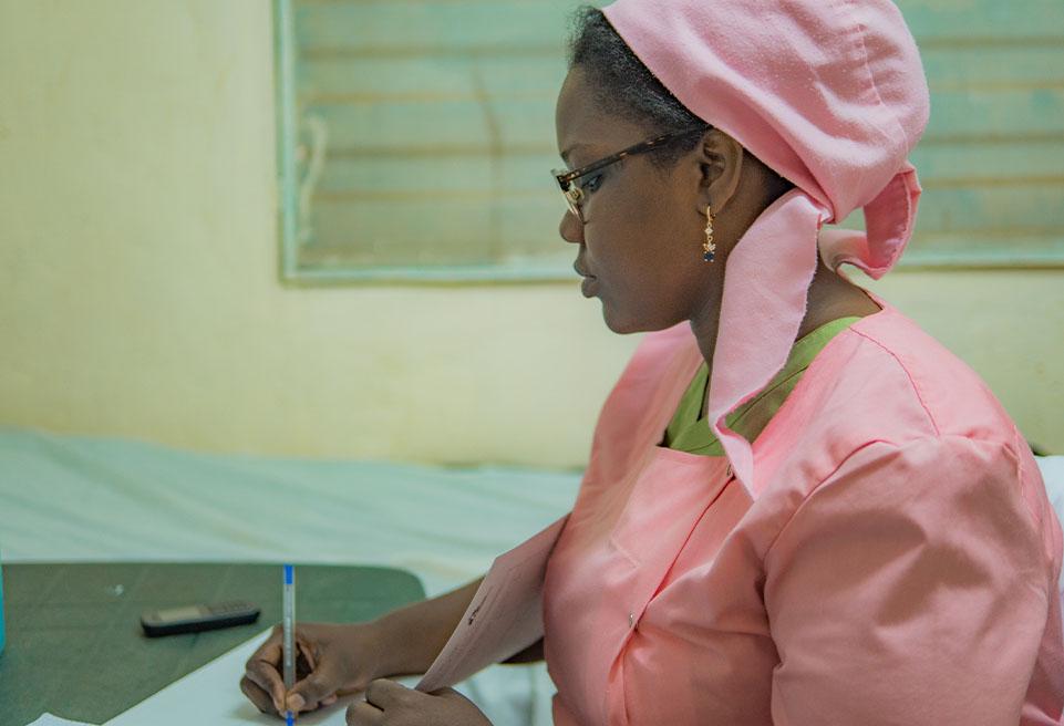 Aminata, en rose, sage-femme qui encadre les activités de santé sexuelle et reproductive à Mbera.