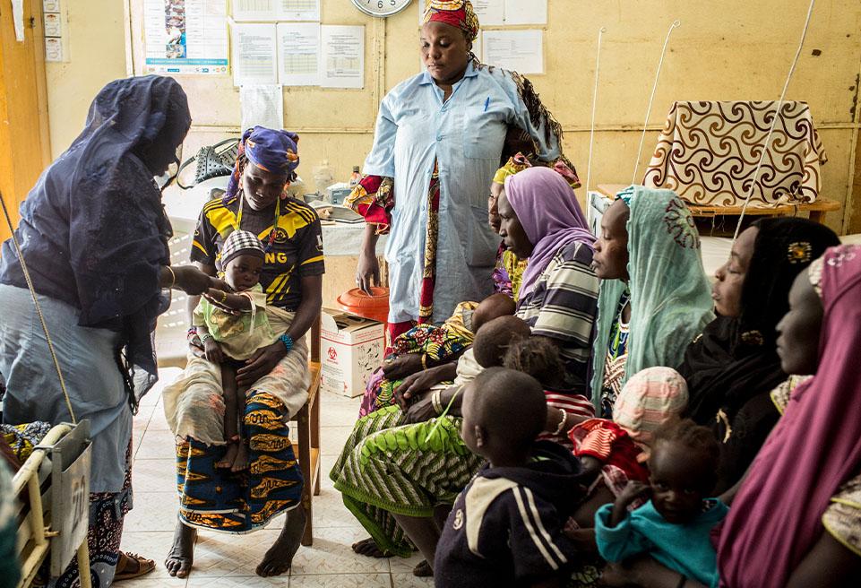 Alimatou Daouda est assistante sociale employée par BEFEN/ALIMA. Elle forme les mères à la sortie des CRENI, pour la mesure du périmètre brachial (PB), sensibilisation sur l'hygiène et l'alimentation