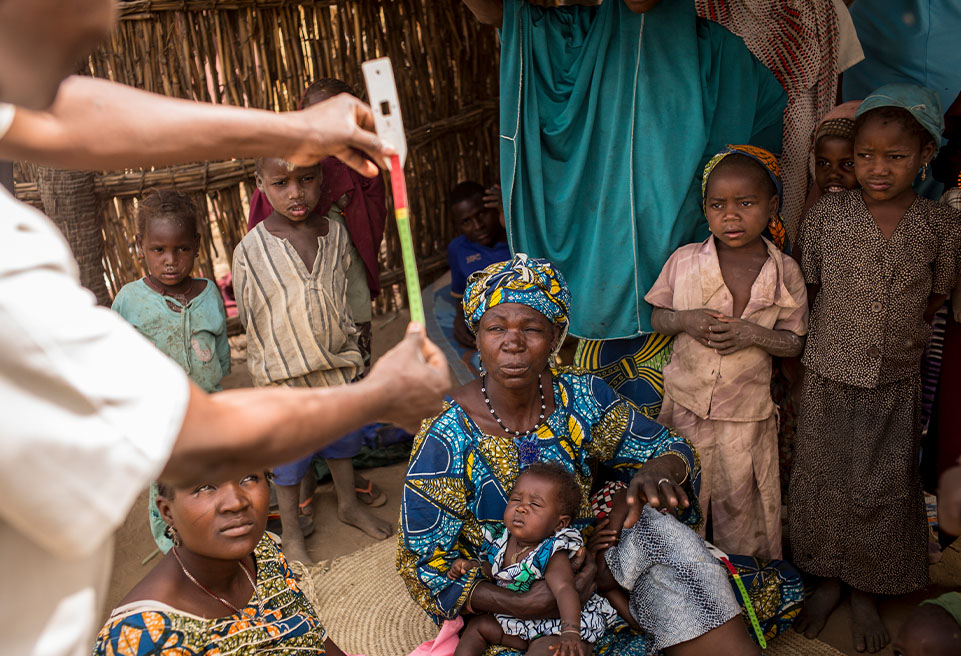Dans le cadre du projet PBmère, les mères reçoivent des formations pour diagnostiquer la malnutrition: mesurer le périmètre brachial de l'enfant, palper les membres inférieurs pour détecter les œdemes