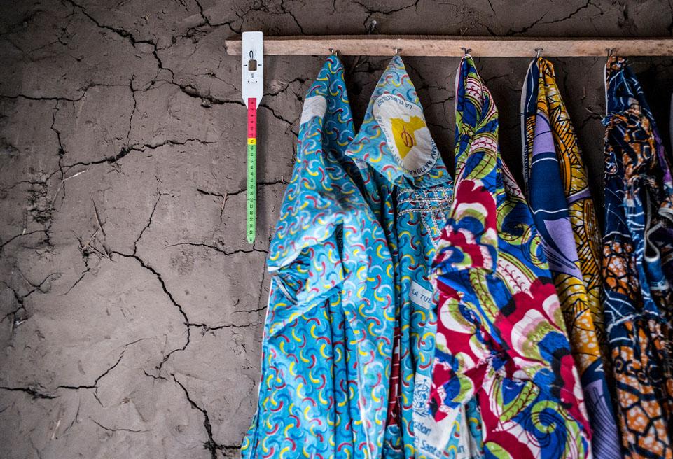 Hadiza Kanta, 30 ans, a 6 enfants. Elle pend le ruban métrique sur un clou afin qu'il ne se plie pas et ne se déforme pas