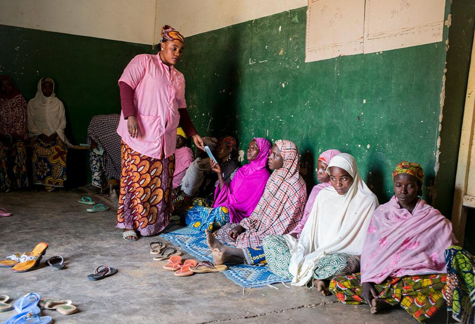Boubakar Mariam,25 ans, est sage-femme. Elle fait les consultations prénatales auprès des futures mères tout en les sensibilisant sur le Planning familial et l'espacement des grossesses