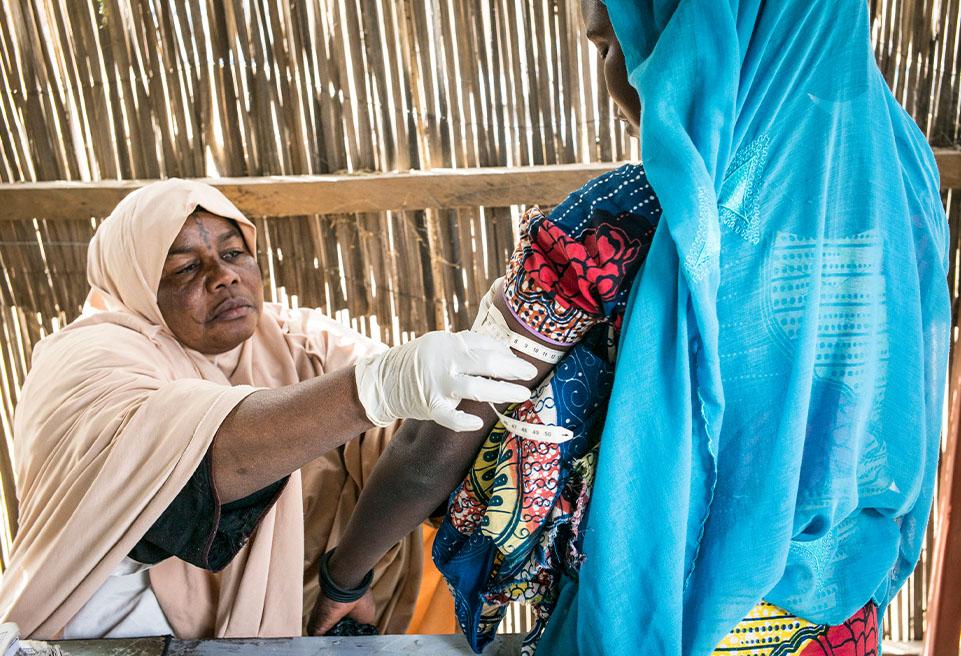 L'infirmière de l'Etat, Mari, donne les premiers soins aux nouveaux nés, tels que la vaccination, prise de poids, périmètre brachial de la mère
