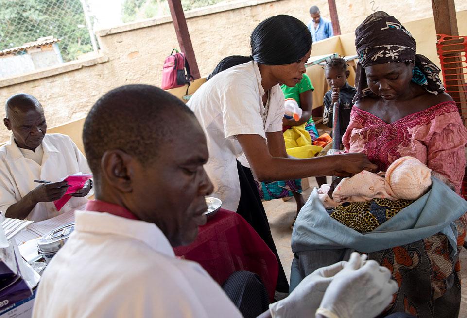 Quelques jours après l'accouchement, Samira revient à l'hôpital de Boda pour faire vacciner son petit garçon