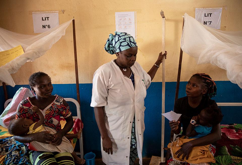 Après deux jours passés dans le service pédiatrique de l'hôpital Boda, Daniella Banga, 25 ans, et Maimouna, 22 mois, rentreront chez eux. Maimouna souffrait de paludisme