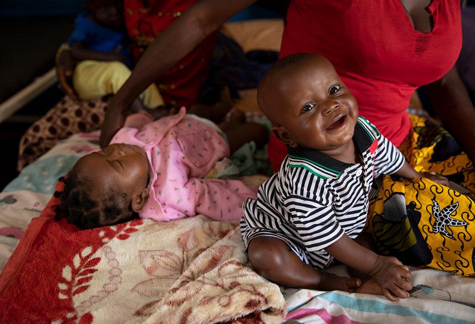 Samuel, 7 mois, est guéri et va sortir de l'hôpital. Il est arrivé aux soins intensifs il y a une semaine, fièvreux, souffrant d' hypothermie. Il a recommencé à rire, à danser