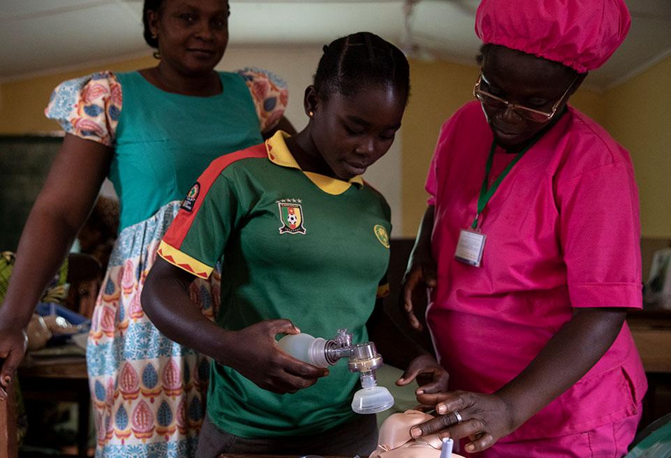 Nadège, sage-femme ivoirienne, donne une formation au personnel de l'hôpital tous les vendredis. Le personnel de la maternité et les stagiaires sont environ 15 chaque semaine à assister aux formations