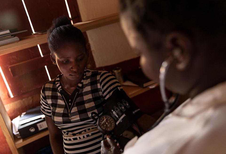 Merline, 20 ans est examinée au centre de santé de Bomandoro. Pour la 2 ème fois, elle a marché une heure pour venir à sa consultation prénatale.  Elle est impatiente de venir au centre pour accoucher