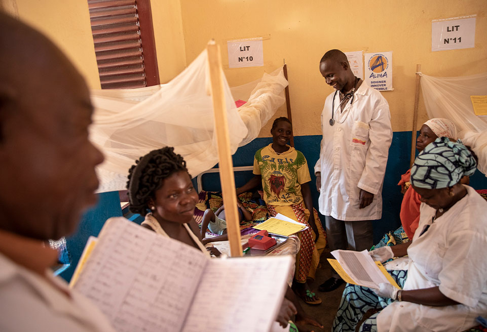 Tournée quotidienne dans le service pédiatrique. L'hôpital de Boda, soutenu par ALIMA, reçoit principalement des cas d'enfants atteints de malaria sévère, de malnutrition et d'infections pulmonaire
