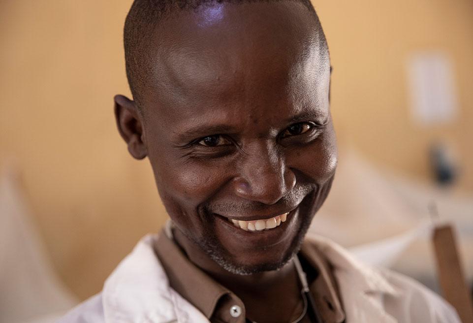 L'un des deux médecins présents à l'hôpital Boda fait sa tournée quotidienne dans le service pédiatrique