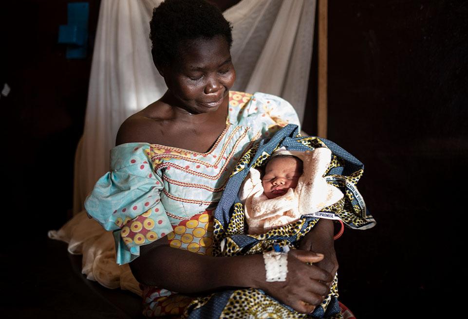 Samira tient son nouveau-né dans ses bras le lendemain de l'accouchement