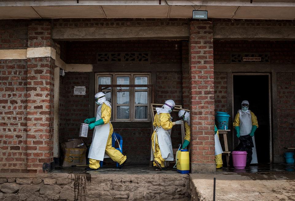 Le personnel médical d'ALIMA et du Centre de traitement sont dans les quartiers des patients non confirmé, et effectuent des contrôles médicaux sur des patients atteints d'Ebola